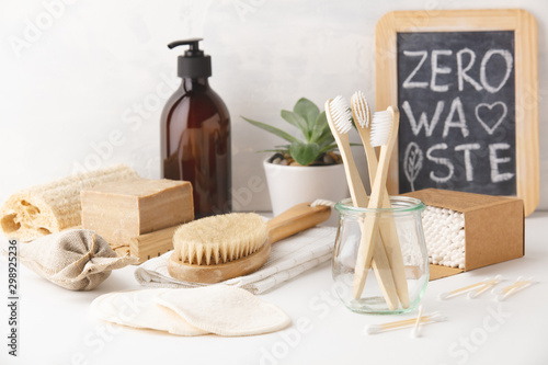 Montage in der Fensternische Logo Zero waste concept. Eco-friendly bathroom accessories