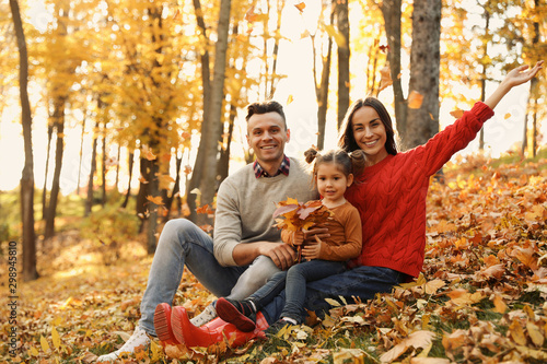 Cadres-photo bureau Attraction parc Happy family with little daughter in park. Autumn walk