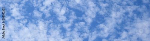 Obraz na plátně Weiße Schäfchenwolken vor blauen Himmel