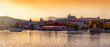 Panorama der Altstadt von Prag mit der Prager Burg und dem Fluss Moldau bei Sonnenuntergang im Herbst, Tschechien