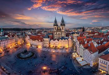 Blick über die Dächer der Altstadt und den zentralen Platz von Prag zur beleuchteten Teynkirche am Abend nach Sonnenuntergang, Tschechien
