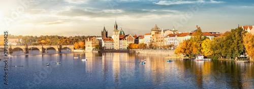 Obraz Blick auf das Herbstliche Prag bei goldenem Sonnenuntergang im Oktober mit Altstadt, Karlsbrücke und Moldau Fluss - fototapety do salonu