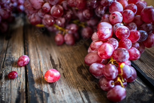 Carta da parati fresh organic red grape on old wooden vintage table
