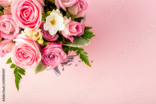 Fotomural  Beautiful and tender bouquet of flowers in the hat box,