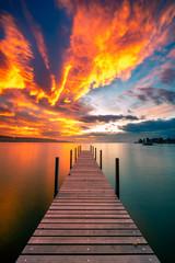 Panel Szklany Do sypialni Bootssteg im Abendrot, der Himmel steht in Flammen