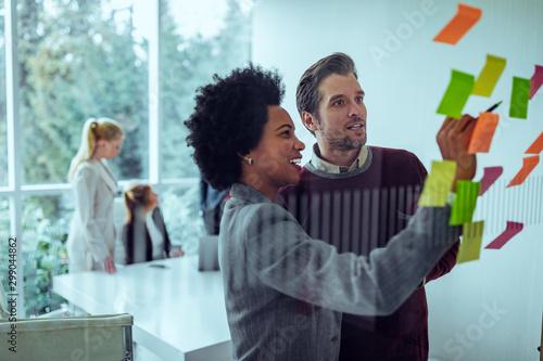 Fotografía Generating new ideas at the brainstorm wall