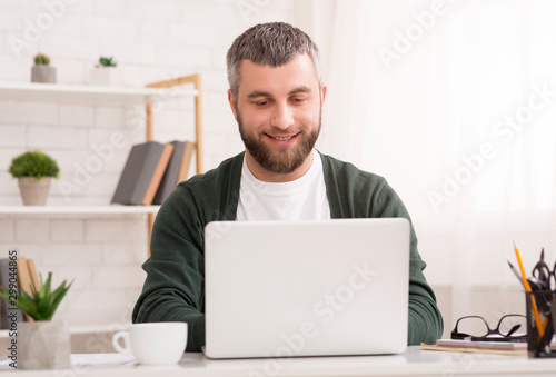 Photo  Smiling entrepreneur working from home, chatting with suppliers