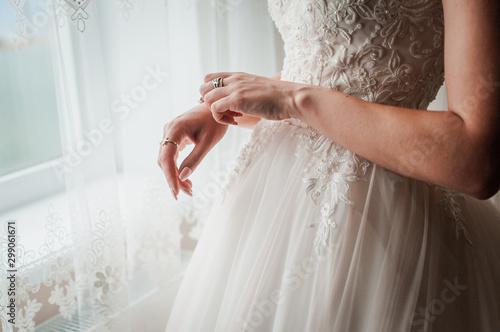 Fotomural  Bride wearing bracelet on the hand