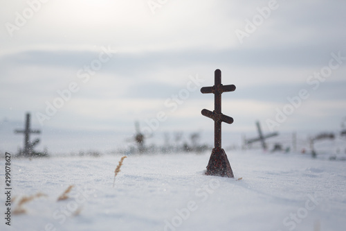 Fényképezés Orthodox cross on a snow-covered grave in the cemetery of an abandoned Arctic village Shakhtyorsky (was abandoned by residents in the early 21st century)