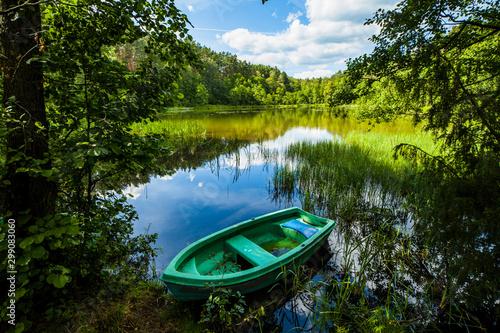 Łódka las wiosna wędkarstwo relaks - fototapety na wymiar