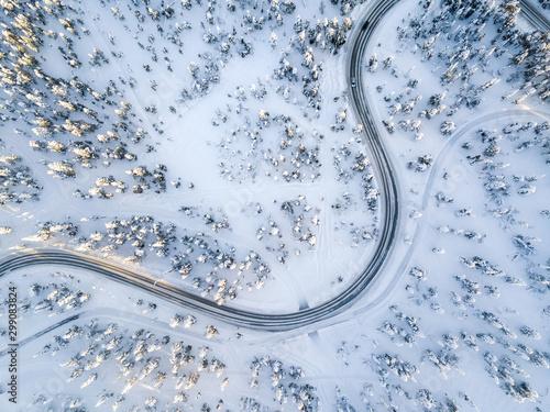 widok-z-lotu-ptaka-zimy-kreta-droga-w-sniegu-zakrywal-las-w-finlandia