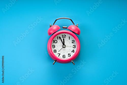 Cuadros en Lienzo pink rustic alarm clock on blue background