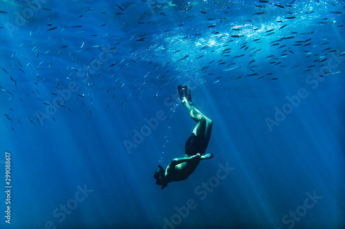 La pose en embrasure Europe Méditérranéenne Scuba diver into the mediterranean sea with flocks of fish over head, near Nice, cote d'azur, south France