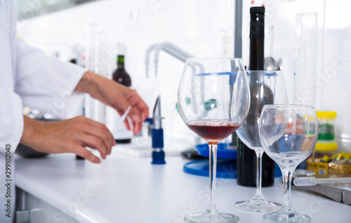 Fotografía  organoleptic characteristic for wine in laboratory of wunery of spain