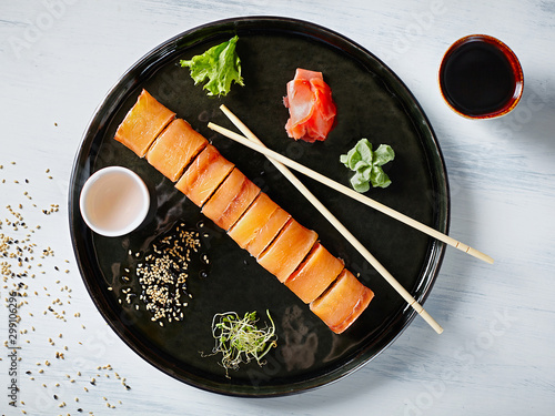 Fotografía  Top view round plate with a serving of Japanese rolls