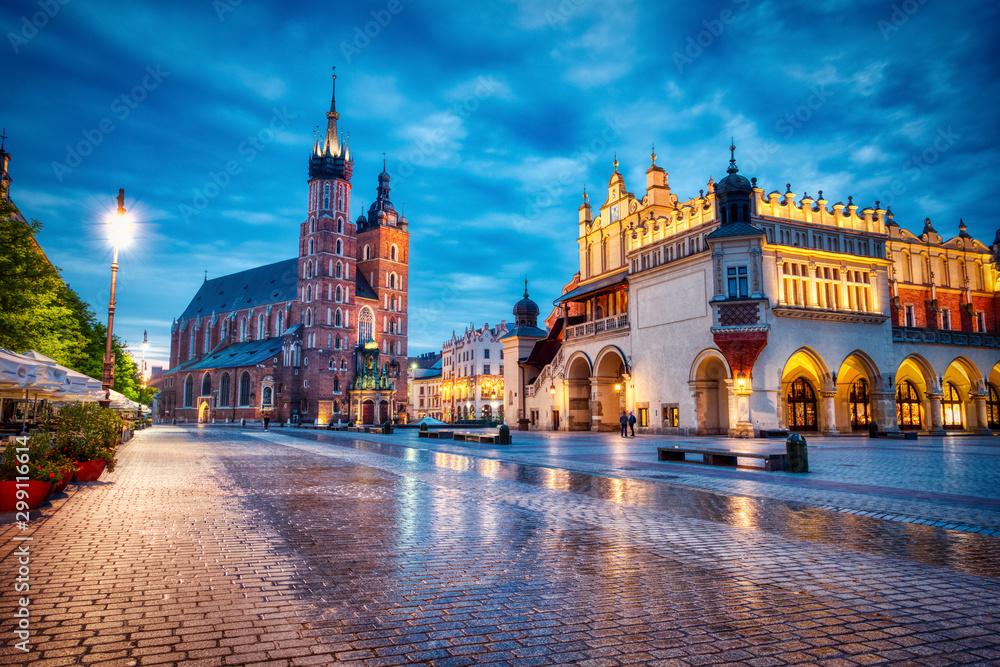 Bazylika Mariacka na Rynku Głównym w Krakowie o zmierzchu, Kraków