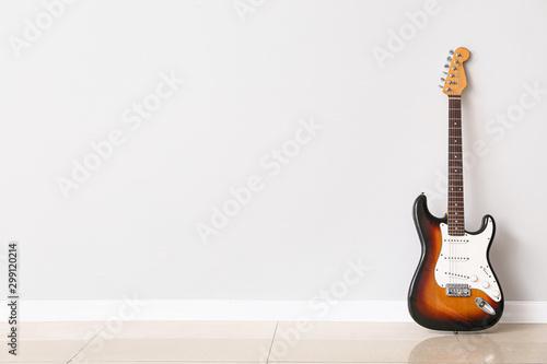 Pinturas sobre lienzo  Modern bass guitar near white wall