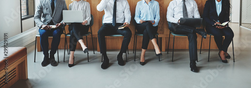 Photo Unrecognizable businesspeople waiting for a meeting in an office