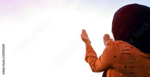 Fotografia, Obraz praying hand of women's muslim on the white background