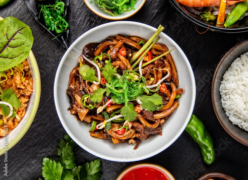 Photo Asian udon noodles with spicy soy sauce and chicken pieces, top view
