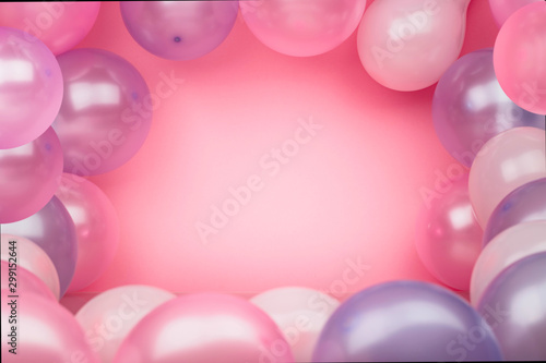 Fotografía  Pink background with pink and purple balloons