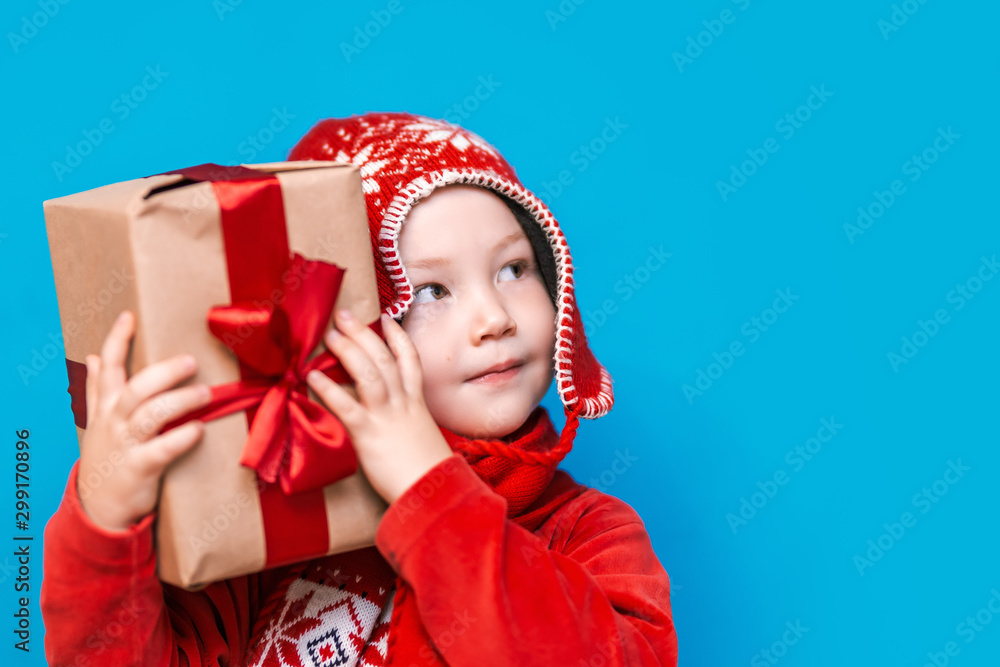 Fototapety, obrazy: little boy holding christmas gift