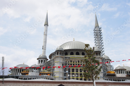 Fotografija A mosque under construction near Taksim Square, Istanbul, Turkey