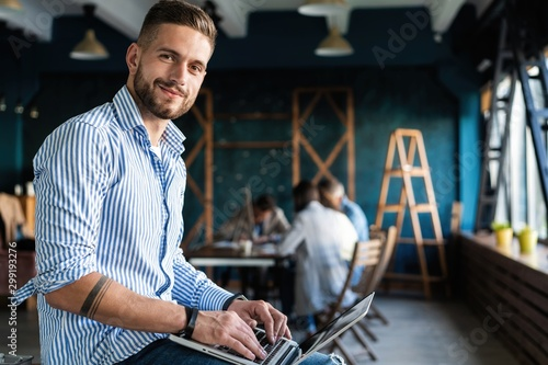 Obraz Man Working At Laptop In Contemporary Office - fototapety do salonu