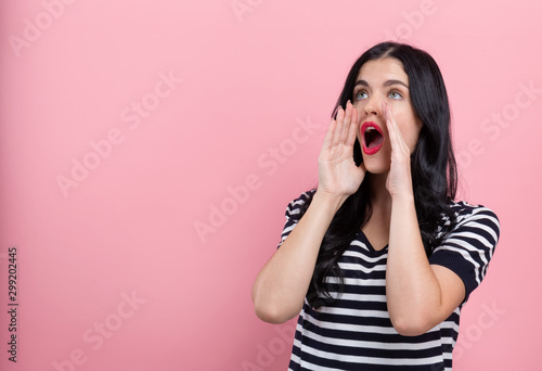 Fotografía Young woman shouting on a pink background