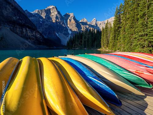 Obraz canoe de couleurs dans les montagnes - fototapety do salonu