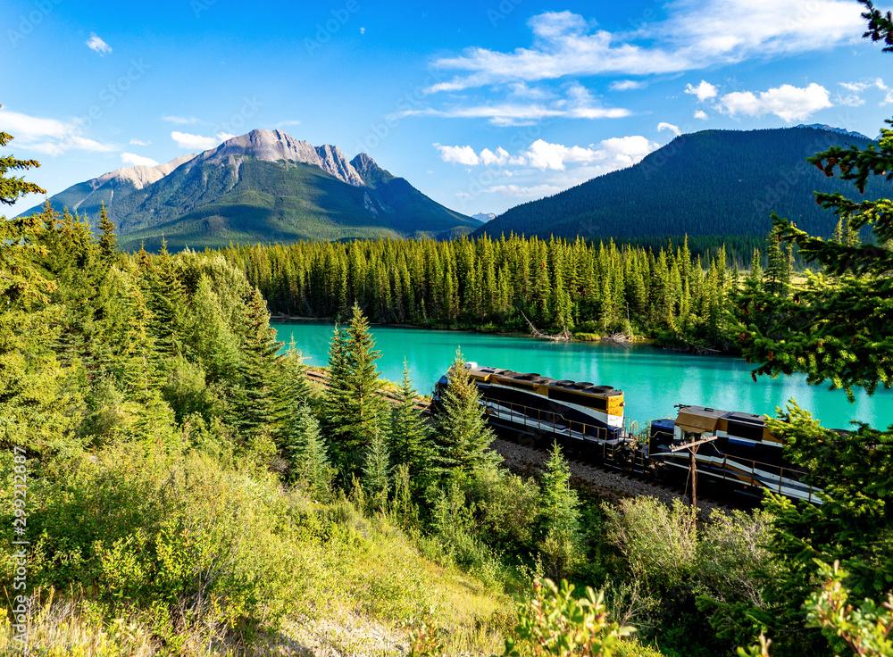 Fototapeta train devant une rivière turquoise