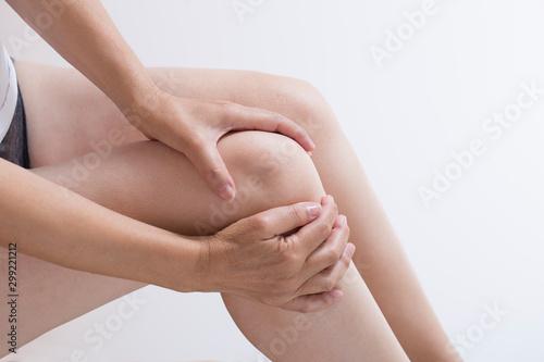 Photo 関節痛の女性のひざ