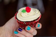 Garota Segurando O Cupcake Red Velvet Com Creme