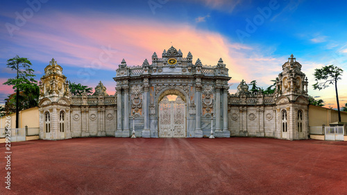 Photo sur Toile Europe de l Est Entrance gate of Dolmabahce Palace in Istanbul, Turkey.