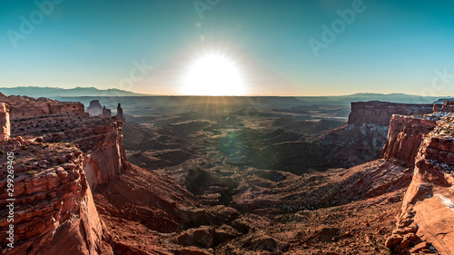Montage in der Fensternische Dunkelbraun The canyon views at Canyonlands National Park at sunrise in Moab, Utah, USA.