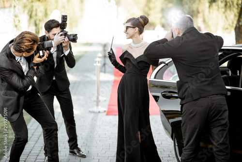 Photo Photo reporters photographing actress ariving on the awards ceremony