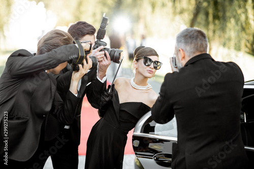 Fotomural Photo reporters photographing actress ariving on the awards ceremony