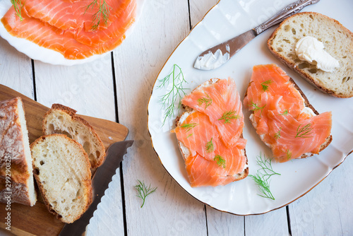Fotografia Sandwithes with smoked salmon and creamy cheese on bread