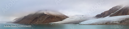 Photo Panorama of a glacier and mountains in Ellesmere Island, part of the Qikiqtaaluk Region in the Canadian territory of Nunavut
