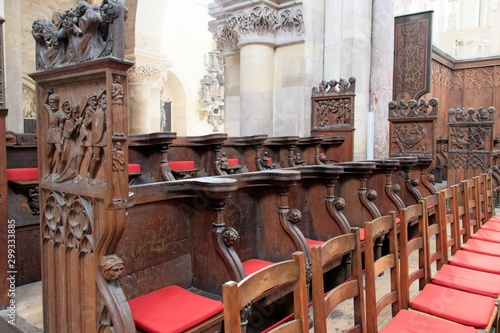 Photo Beautiful shot of empty red chairs with carvings inside Magdeburg's cathedral
