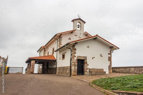 Zumaya, Acantilado Flysch, Cantabria. Iglesia en los acantilados de la costa occidental de Guipúzcoa. España