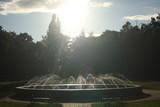 Fototapeta Tęcza - Fontanna w parku