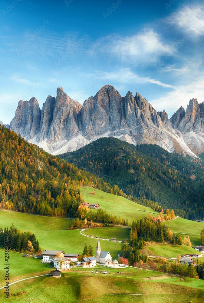 Piękny krajobraz włoskich dolomitów - Santa maddalena