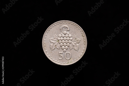 Photographie  Republic of Cyprus old 50 Mils coin from 1981, reverse showing grape cluster
