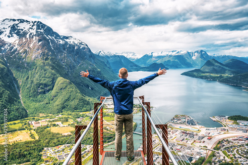 Obraz man enjoys the view with his hands raised - fototapety do salonu