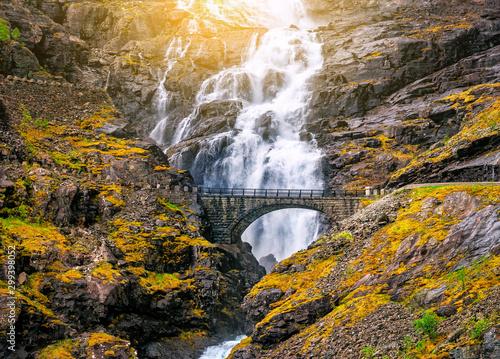 Naklejka premium kamienny most i wodospad na drodze trolli