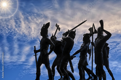 Fotografía Silhouettes of attacking Vikings (vintage plastic toy soldiers) against sky with