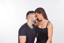 Pareja De Enamorados, Abrazándose Y Dandose Cariños Sobre Un Fondo Blanco; Pareja Heterosexual, Felices Y Contentos.