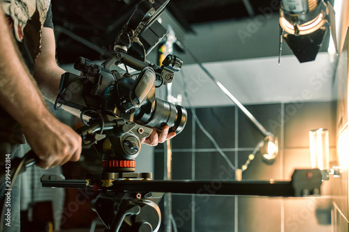 Foto Behind the scenes of filming films or video products and the film crew of the film crew on the set in the pavilion of the film studio