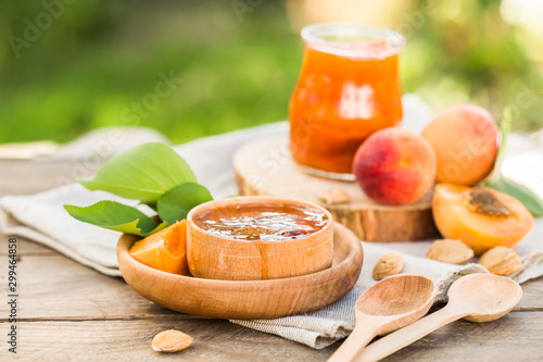Pinturas sobre lienzo  Apricot jam and ripe apricots on the wooden natural table.